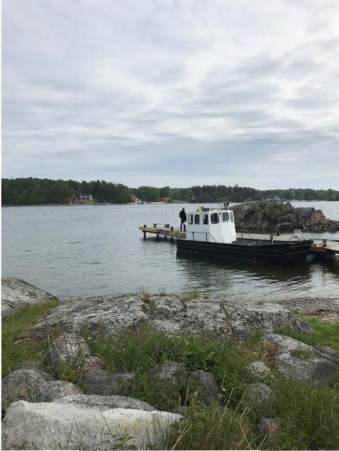 Bild med båt vid brygga