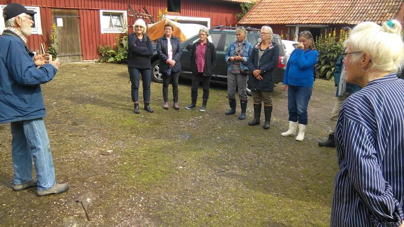 Harald och Sonja Speer välkomnar oss på gårdsplanen